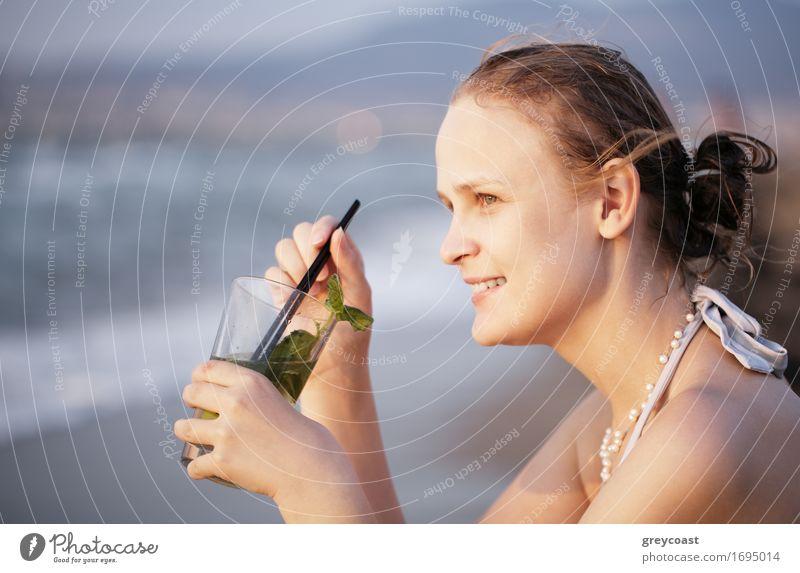 Frau, die ein Abendcocktail genießt Mensch Jugendliche schön Junge Frau Meer Mädchen Strand 18-30 Jahre Erwachsene Wärme Küste Lifestyle Feste & Feiern genießen