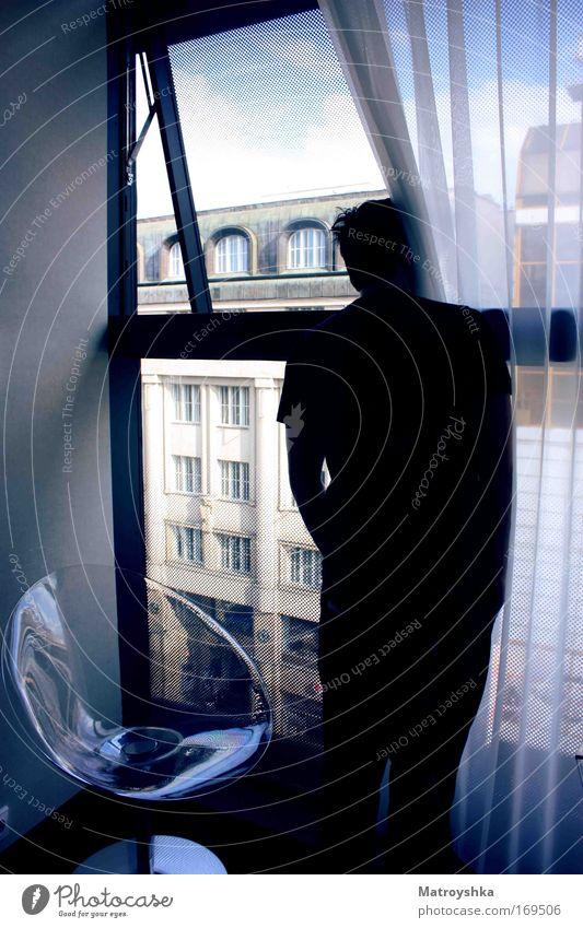 sehnsüchtig gewartet Mann blau Einsamkeit Traurigkeit Denken warten Erwachsene Trauer Coolness stehen Stuhl beobachten Unendlichkeit Sehnsucht Neugier Wachsamkeit