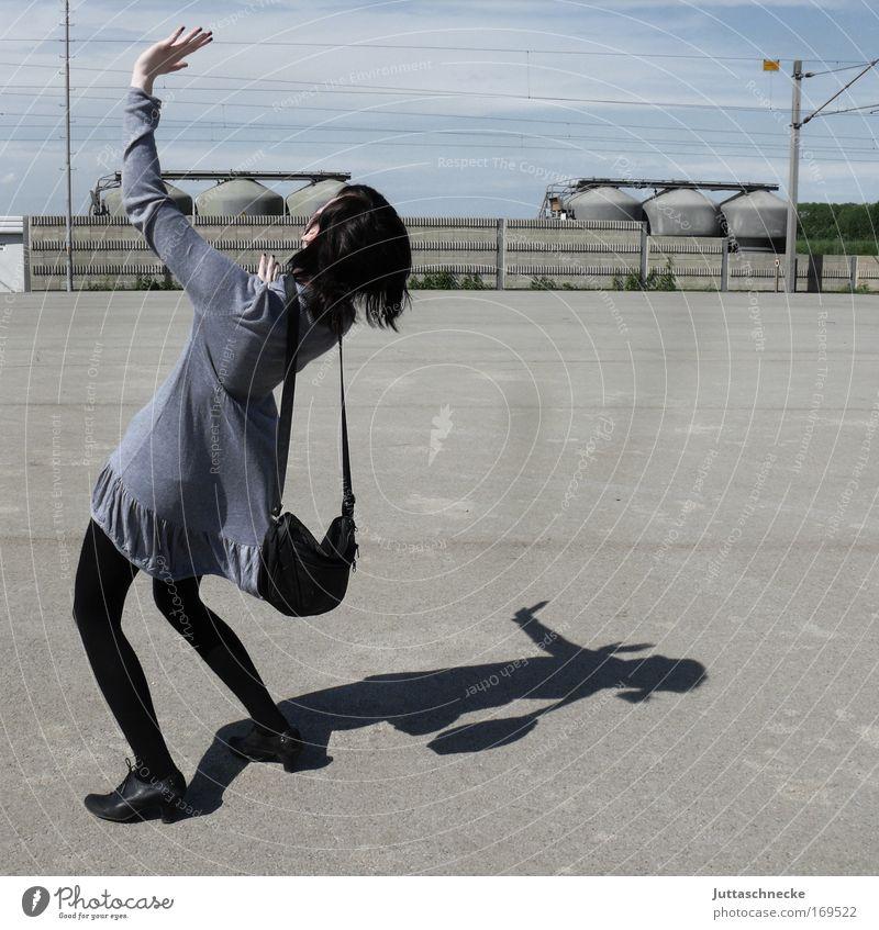 400 - Unbändige Freude Frau Junge Frau Mädchgen Applaus Minikleid Kleid Schatten Platz Beton grau Tasche Handtasche krumm anlehnen winken Juttaschnecke Sommer