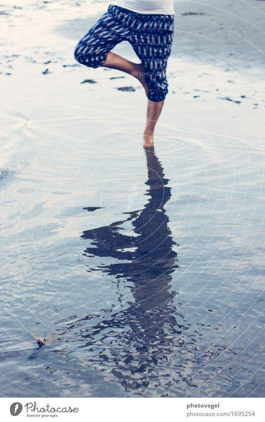 Meer Yoga Mensch Natur Jugendliche blau Sommer Junge Frau Wasser weiß Erholung ruhig Freude Strand Leben feminin Gesundheit