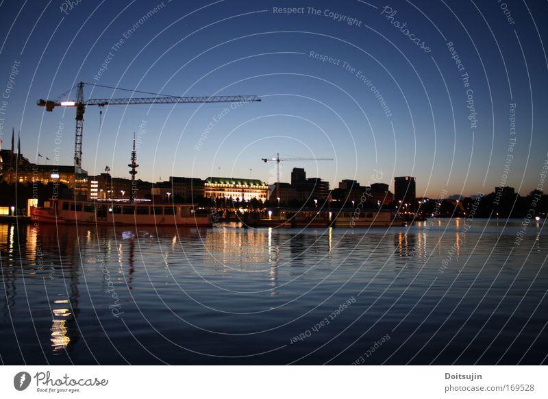 Binnenalster bei Nacht Wasser blau Alster Deutschland groß Hamburg Europa Stadtzentrum Kran Sehenswürdigkeit Hafenstadt