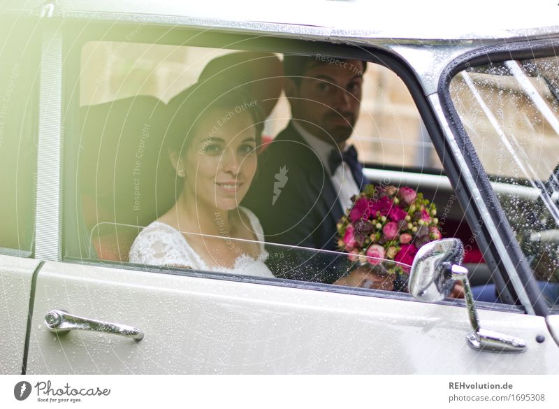 Schönster Tag | Brautpaar im Auto Mensch Frau Jugendliche Mann 18-30 Jahre Erwachsene Liebe feminin lachen Glück Feste & Feiern Paar Zusammensein maskulin