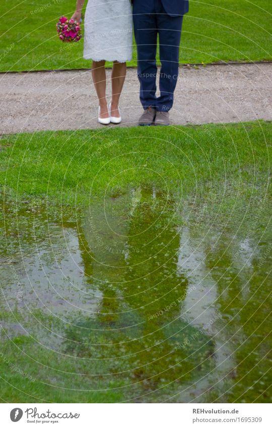 Schönster Tag | im Regen Mensch Natur Jugendliche 18-30 Jahre Erwachsene Liebe feminin Beine Glück Garten Feste & Feiern Paar Fuß Zusammensein maskulin