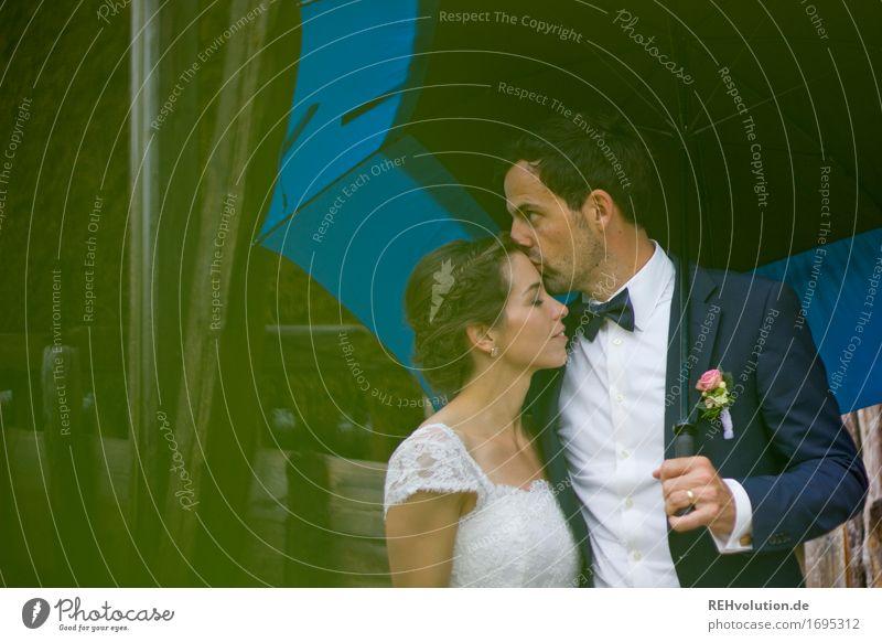 Schönster Tag | im Regen Feste & Feiern Hochzeit Mensch maskulin feminin Frau Erwachsene Mann Paar Partner 2 18-30 Jahre Jugendliche Kleid Anzug Fliege genießen