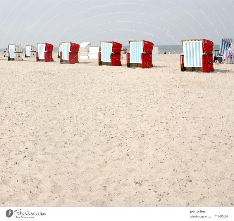 Badeurlaub. Strandkörbe stehen aufgereiht am Strand von Warnemünde Wellness Leben Wohlgefühl Erholung Kur Ferien & Urlaub & Reisen Tourismus Ausflug Meer