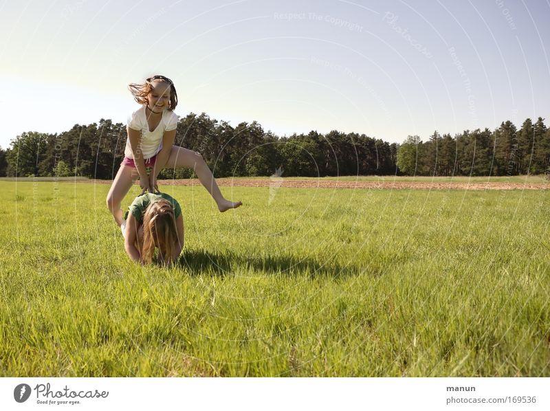 Allez-hopp! Mensch Kind Jugendliche Sommer Mädchen Freude Erwachsene Leben Spielen Bewegung Glück lachen springen Ferien & Urlaub & Reisen Familie & Verwandtschaft Freundschaft