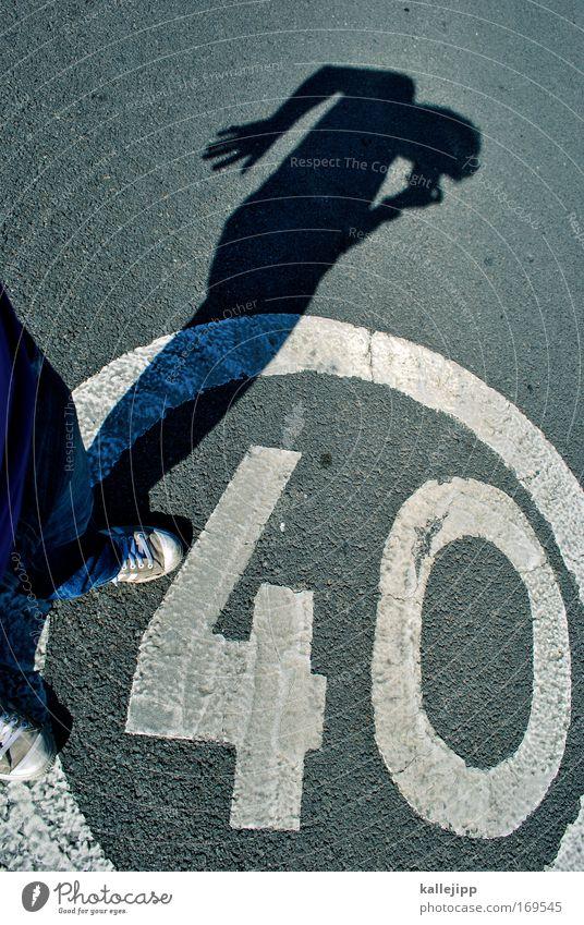 clubmitglied Farbfoto Außenaufnahme Licht Schatten Kontrast Silhouette Vogelperspektive Blick nach hinten maskulin Mann Erwachsene 1 Mensch Verkehr Verkehrswege