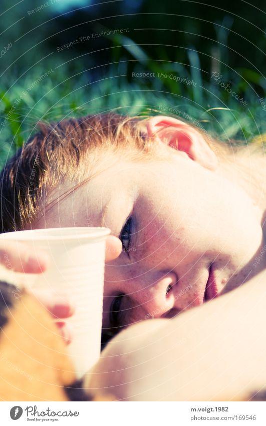 Picknick Farbfoto Außenaufnahme Nahaufnahme Tag Sonnenlicht Starke Tiefenschärfe Porträt Blick in die Kamera Erholung Ausflug Sommer feminin Junge Frau