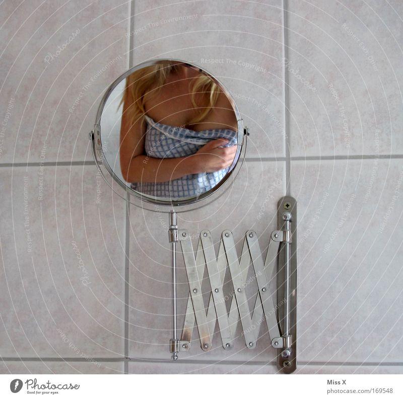 im Spiegel Farbfoto Innenaufnahme Morgen Oberkörper schön Körperpflege Wellness Spa Bad Haut Haare & Frisuren Brust 1 Mensch blond eitel Handtuch Kosmetik