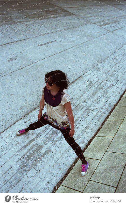 Dance the Betonwüste Frau Mensch Stadt schön Freude Erwachsene Junge Stil Mode Beton modern verrückt Perspektive stehen Coolness einzigartig