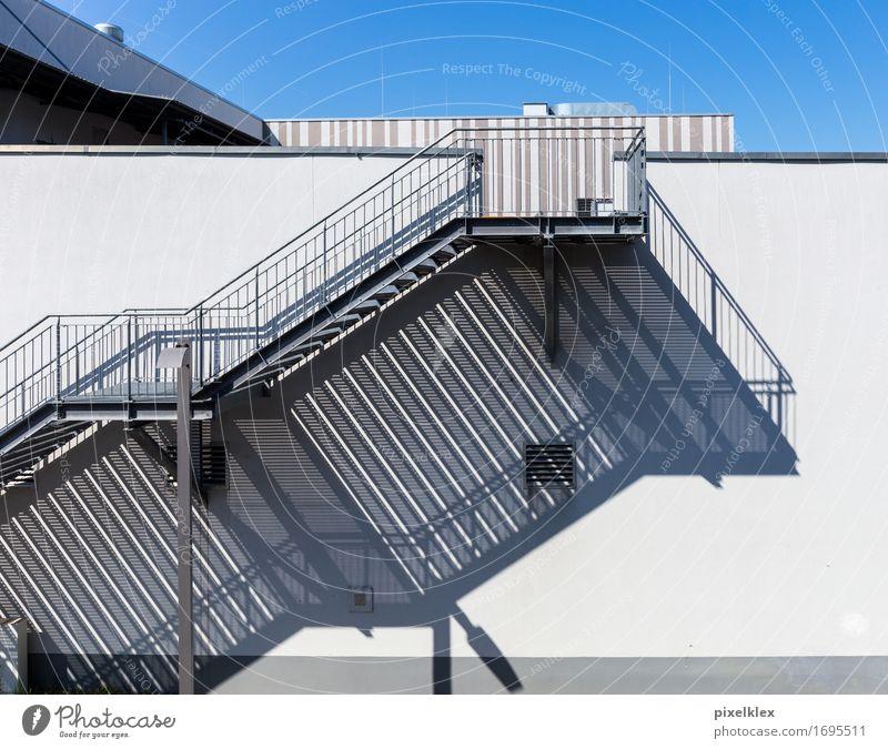 Treppe mit Schatten Stadt Stadtrand Menschenleer Haus Mauer Wand hell blau grau weiß Gebäude Treppengeländer Etage Architektur Schattenspiel Feuerleiter