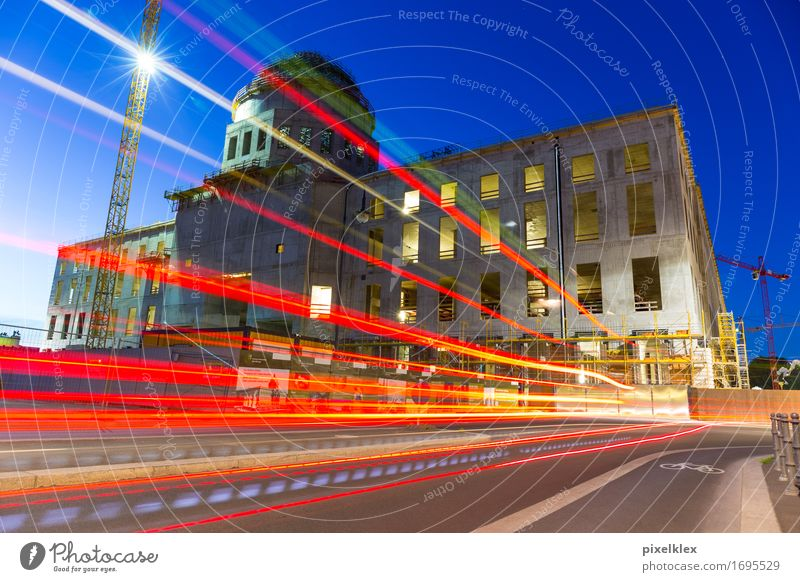 Baustelle Berliner Stadtschloss Verkehr Straßenverkehr bauen leuchten modern neu Geschwindigkeit Burg oder Schloss Nacht Leuchtspur dunkel Abend Dämmerung Licht