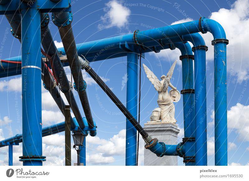 Engel und Rohre Skulptur Wolken Berlin Stadt Hauptstadt Altstadt Menschenleer blau Marmor weiß Rohrleitung Wasserrohr Baustelle historisch alt Sehenswürdigkeit