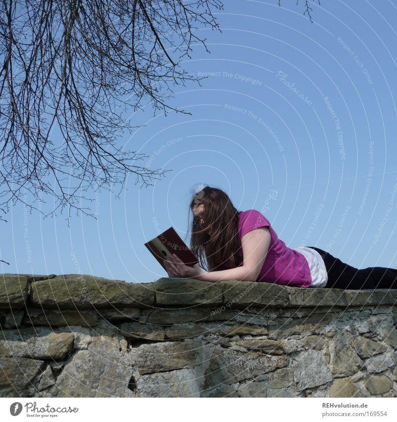 frau liest auf einer Mauer Farbfoto Textfreiraum oben Tag Zufriedenheit Erholung ruhig Freizeit & Hobby lesen feminin Junge Frau Jugendliche 1 Mensch