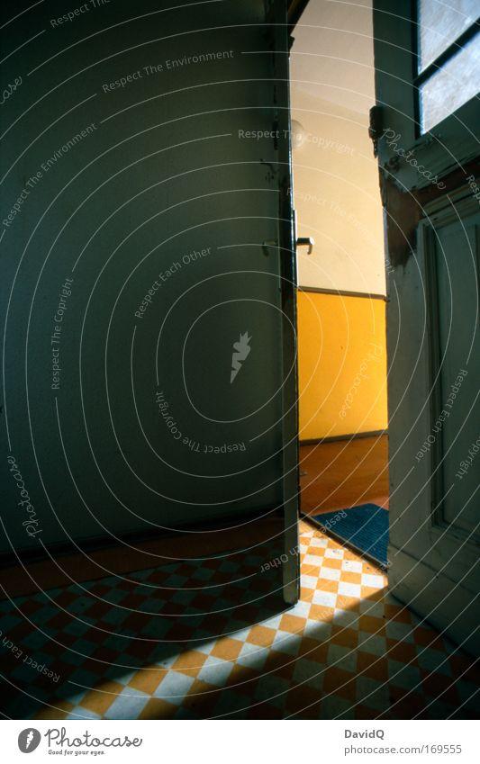 Flur Farbfoto Innenaufnahme Detailaufnahme Menschenleer Textfreiraum links Tag Licht Schatten Weitwinkel Haus Tür Fußmatte braun gelb Vorfreude Neugier Griff