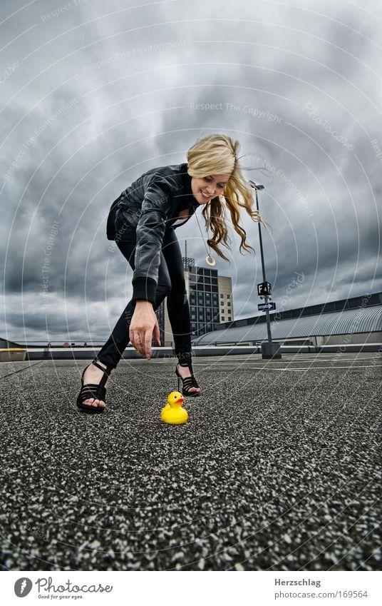 Nadine Duck gelb feminin Spielen Haare & Frisuren Bewegung Hilfsbereitschaft Vogel Stil Unwetter trashig Gewitter Ente Sorge Surrealismus Junge Frau Rettung
