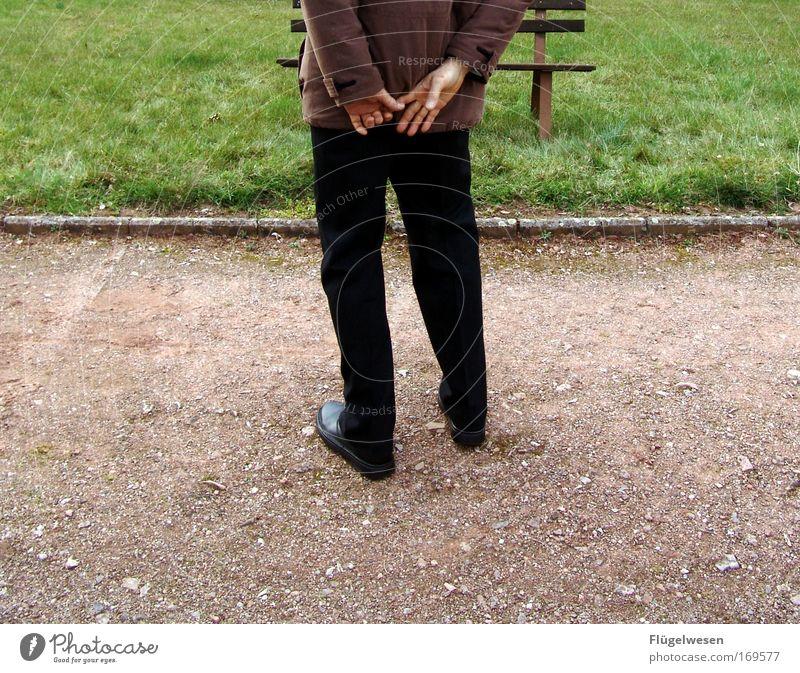 Sei doch nicht so schüchtern, Junge du bist 40! Hand Freude Wiese Gefühle träumen Traurigkeit Wege & Pfade Schuhe Beine Zufriedenheit Angst Umwelt Lifestyle Rasen Bank Hose