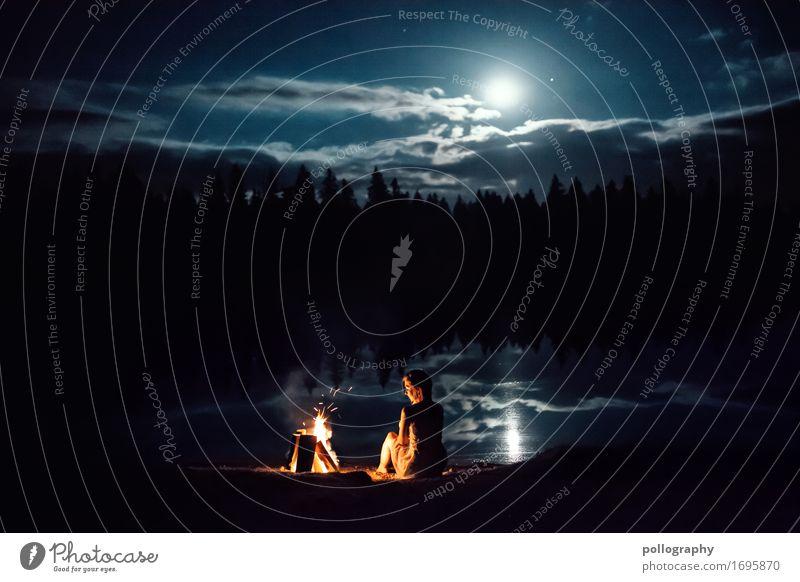 alone Lifestyle schön Freizeit & Hobby Lagerfeuerstimmung feminin Erwachsene 1 Mensch Natur Landschaft Wasser Mond Vollmond Wald sitzen ästhetisch authentisch