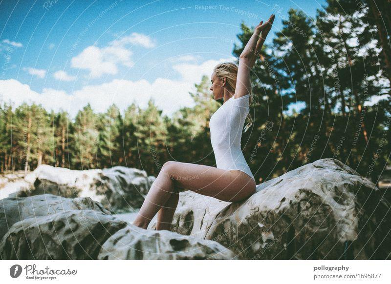 body Lifestyle elegant Stil feminin Frau Erwachsene Leben Körper 1 Mensch Landschaft Baum Felsen blond genießen sitzen ästhetisch authentisch trendy dünn schön