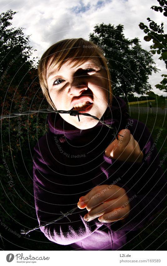 DU BIST DER NÄCHSTE Farbfoto Außenaufnahme Blitzlichtaufnahme Oberkörper Blick Blick in die Kamera Blick nach vorn Mensch feminin Junge Frau Jugendliche Gesicht