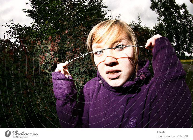 DAS KANN INS AUGE GEHEN Farbfoto Außenaufnahme Textfreiraum links Textfreiraum unten Blitzlichtaufnahme Blick Blick in die Kamera Blick nach vorn Mensch feminin