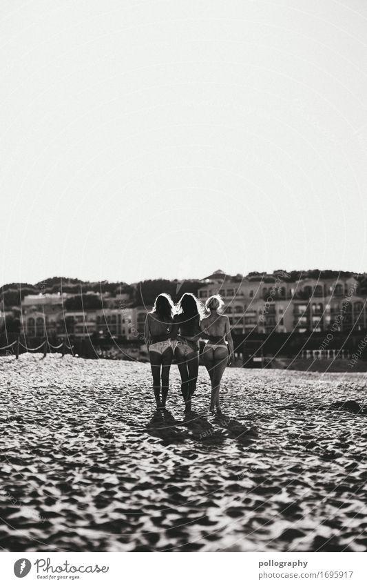 Friendship Lifestyle Stil Leben harmonisch feminin Frau Erwachsene Freundschaft Körper 3 Mensch Sand Wolkenloser Himmel Strand berühren festhalten gehen