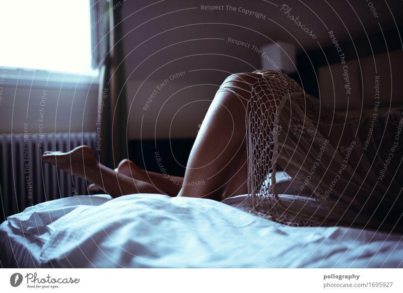Focus Lifestyle elegant schön Körper Leben Sinnesorgane Bett Schlafzimmer feminin Frau Erwachsene Gesäß Beine 1 Mensch Mode liegen ästhetisch authentisch nah