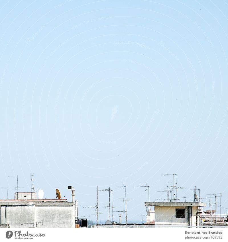 Mediteran Funk Stadt blau Haus oben hell dreckig Fassade Europa trist Kommunizieren Dach einfach Fernsehen Radio Antenne