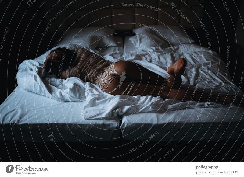 bedtime Mensch feminin Junge Frau Jugendliche Erwachsene Leben Körper Gesäß 1 18-30 Jahre brünett Gefühle Stimmung Verliebtheit Romantik Erotik schön Begierde