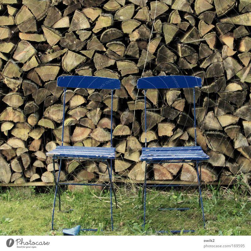 Holz zu Holz Häusliches Leben Garten einrichten Möbel Stuhl Natur Gras Campingstuhl Erholung warten alt Armut eckig historisch blau braun grün ästhetisch Stress