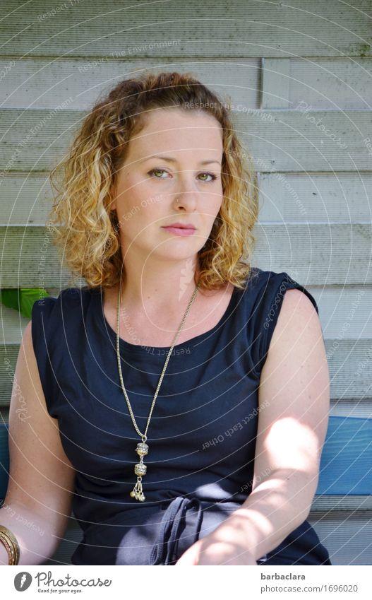 Weltfrauentag Mensch Frau Sommer Erholung Erwachsene Wärme Wand Gefühle feminin Mauer Fassade hell Freizeit & Hobby Zufriedenheit blond sitzen