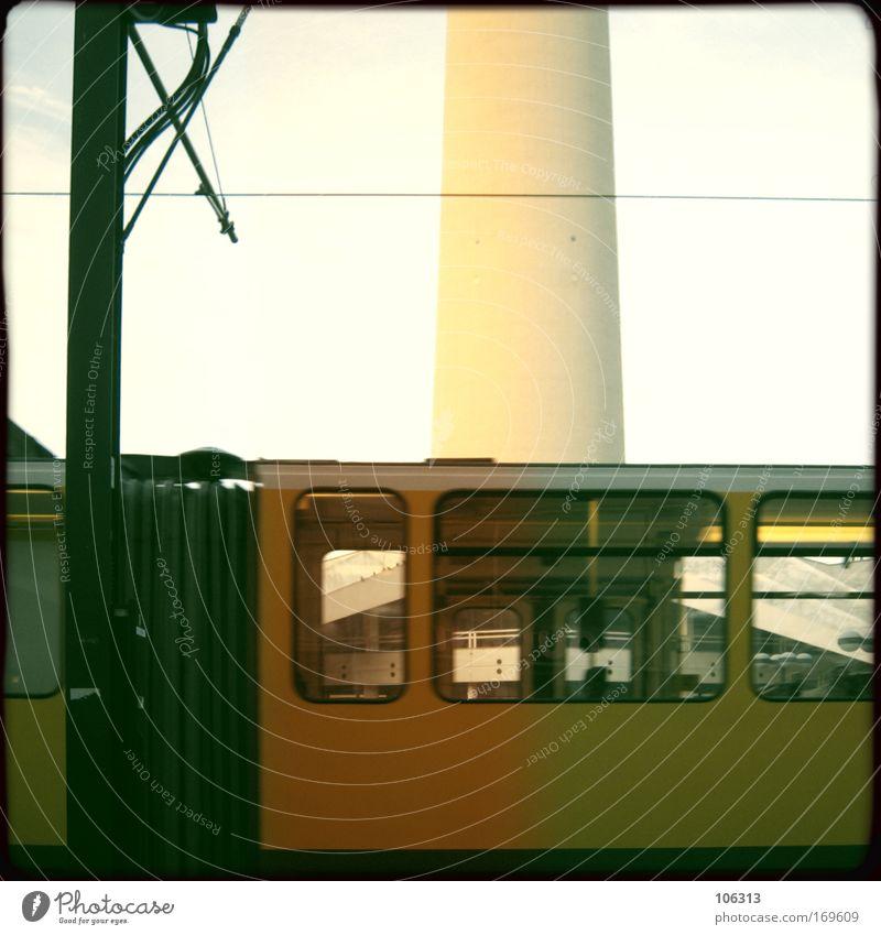 Fotonummer 124453 Straßenbahn leer fahren vergangen Bildausschnitt Menschenleer Metall Verkehr Stadt Eile ausdruckslos Einsamkeit Architektur gelb Wagen