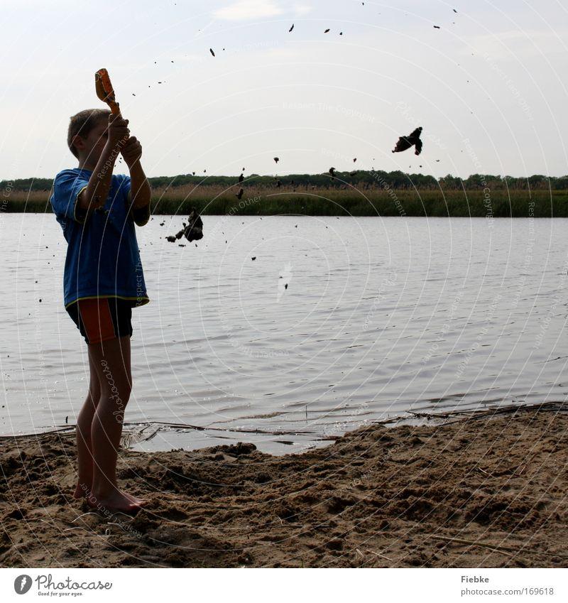 Schlammschlacht Farbfoto Außenaufnahme Textfreiraum rechts Tag Silhouette Ganzkörperaufnahme Halbprofil Freude Sommer Sommerurlaub Strand Kind Junge Kindheit