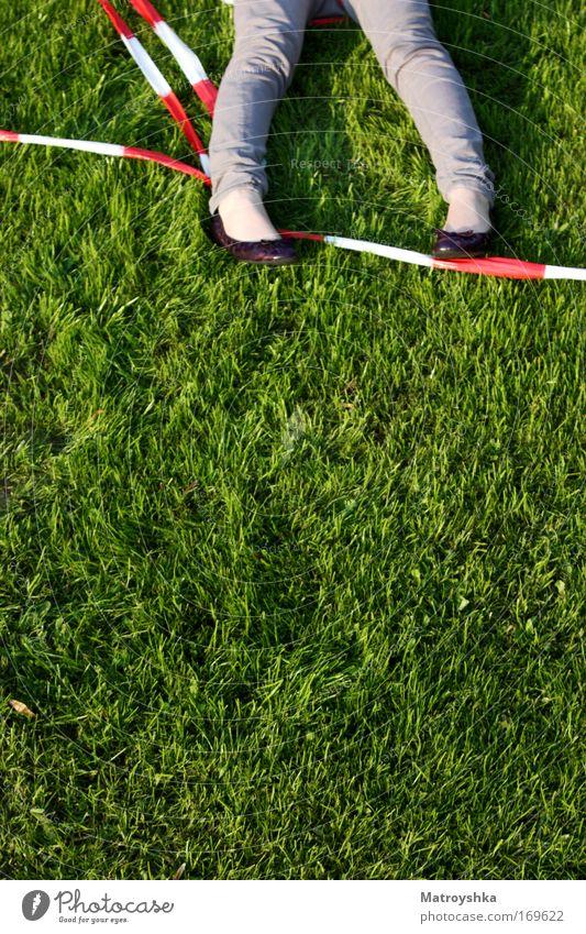 Mord ist ihr Hobby Farbfoto Außenaufnahme Tag feminin Fuß Schuhe Hinweisschild Warnschild Barriere liegen dunkel grün Tod Entsetzen gefährlich verstört Gier