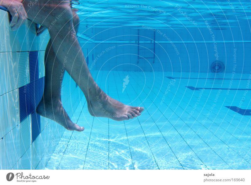 ausruhen am poolrand Mensch Mann blau Wasser Hand Sommer Erwachsene Erholung Beine Fuß Gesundheit Schwimmen & Baden Zufriedenheit sitzen Freizeit & Hobby warten