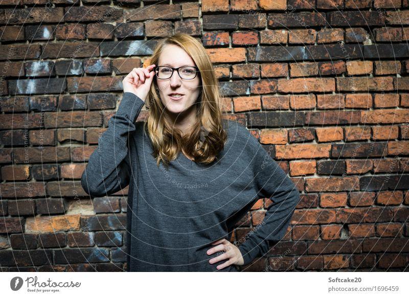 Durchblick feminin Junge Frau Jugendliche trendy dünn klug Brille Student Farbfoto Textfreiraum links Textfreiraum rechts Licht Porträt Blick in die Kamera