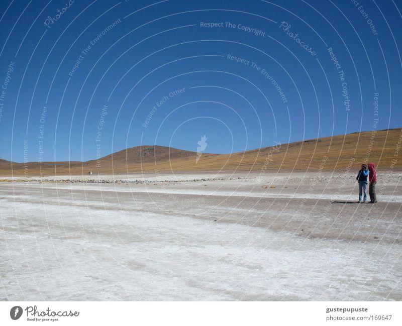 Zweisamkeit Himmel weiß blau Ferien & Urlaub & Reisen ruhig Einsamkeit Ferne Erholung Sand braun Zusammensein groß stehen Wüste Hügel Verschwiegenheit