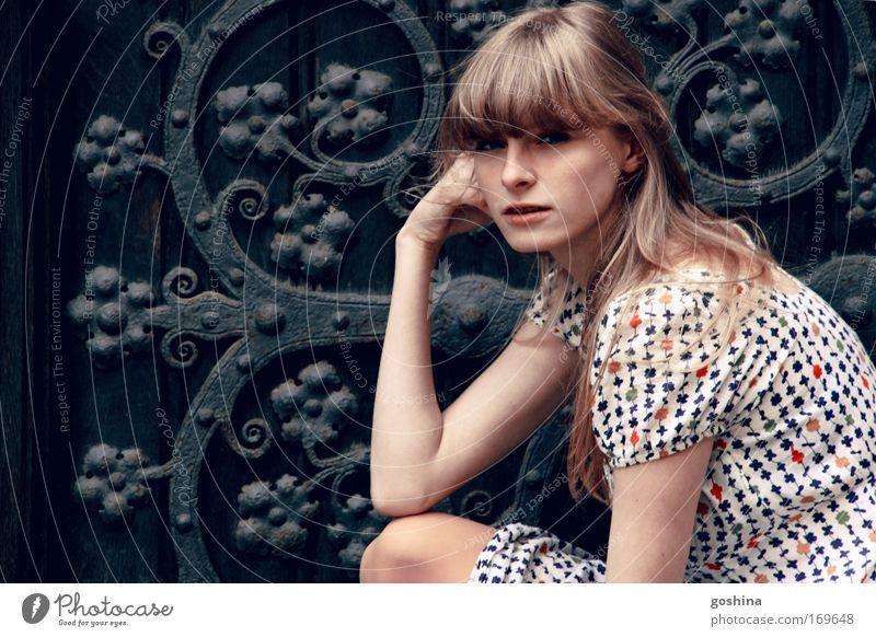 Zierde Frau Mensch Jugendliche schön feminin Haare & Frisuren träumen Mode planen blond Erwachsene Tür sitzen ästhetisch Porträt
