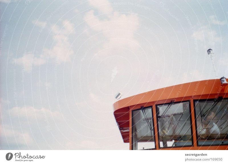 [HH09.3/4] unter beobachtung. Himmel blau rot Sommer Ferien & Urlaub & Reisen Wolken Wasserfahrzeug Architektur Glas Design Verkehr Sicherheit retro fahren