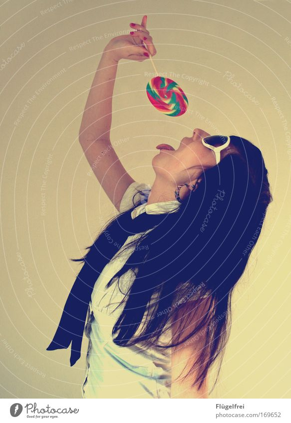Wie im Rausch Mensch Jugendliche Junge Frau Freude 18-30 Jahre Erwachsene feminin Stil Haare & Frisuren genießen Süßwaren trendy langhaarig Sonnenbrille altehrwürdig gestreift