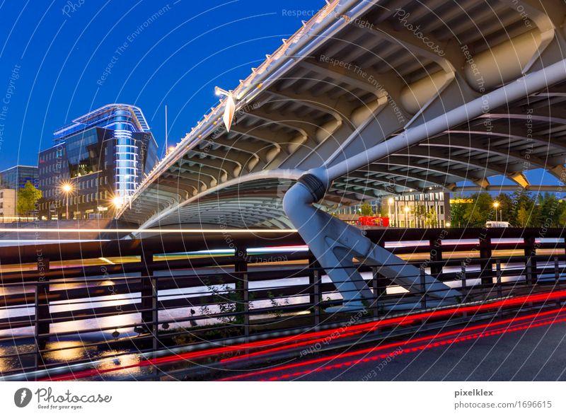 Berlin bei Nacht Deutschland Europa Stadt Hauptstadt Brücke Bauwerk Architektur Straßenverkehr fahren modern neu blau rot Bewegung Business Leuchtspur