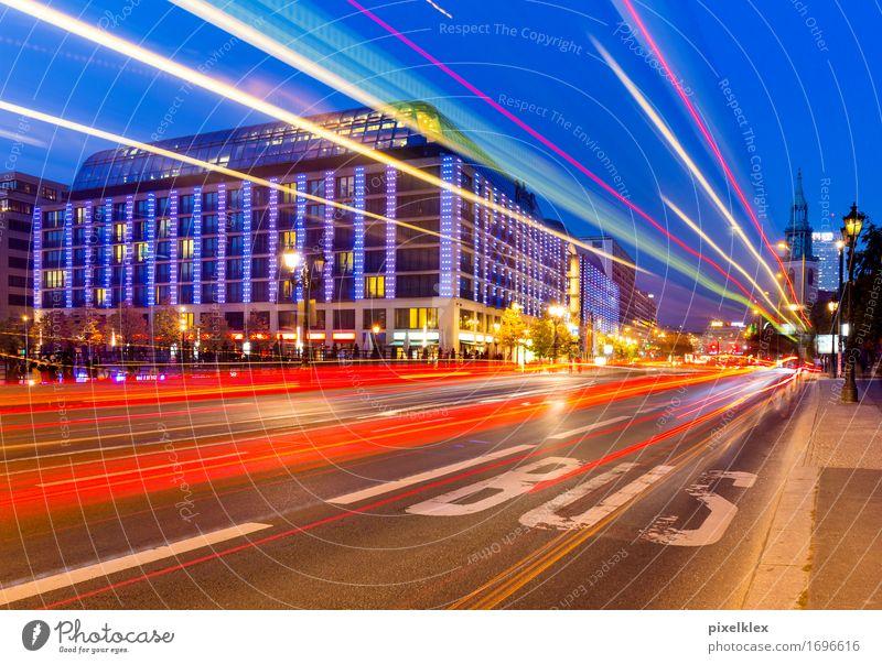 Lichtspur (Bus) Stadt blau rot Haus Straße Architektur Bewegung Berlin Gebäude Business Deutschland Tourismus Verkehr modern Geschwindigkeit fahren