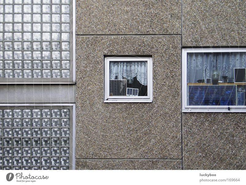 Die Quadratur der Platte Farbfoto Gedeckte Farben Außenaufnahme Menschenleer Tag Totale Haus Sonnenenergie Gebäude Plattenbau Glasbaustein Mauer Wand Fassade