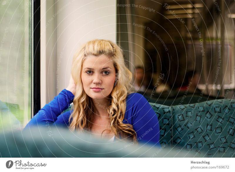 Augenblick. Jugendliche schön ruhig feminin Frau Glück Denken Wärme glänzend blond elegant ästhetisch Kommunizieren Romantik authentisch
