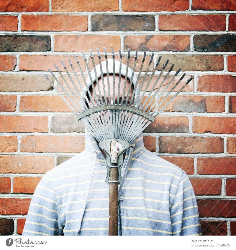 Ritter des Gartens Farbfoto Außenaufnahme Zentralperspektive Blick in die Kamera maskulin Kopf Gesicht 1 Mensch Arbeitsbekleidung Pullover Stein
