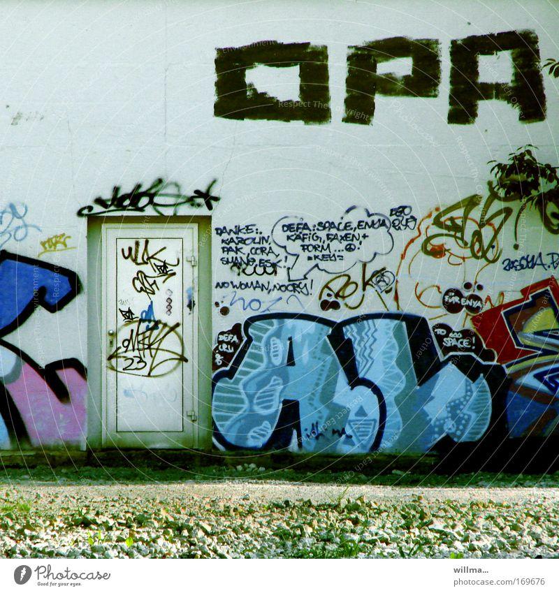 OPA und die jugend Graffiti Schriftzeichen Wort Text Großvater Kunst Subkultur Mauer Wand Fassade Tür mehrfarbig Kommunizieren Jugendclub Seniorenheim