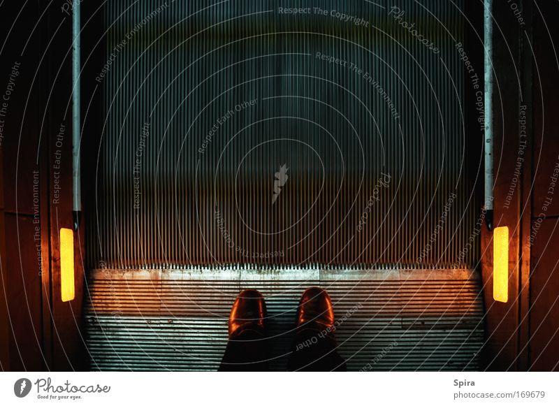 unentschlossen Mensch Stadt schwarz gelb dunkel Bewegung grau Fuß Schuhe braun Metall warten gold Treppe stehen festhalten