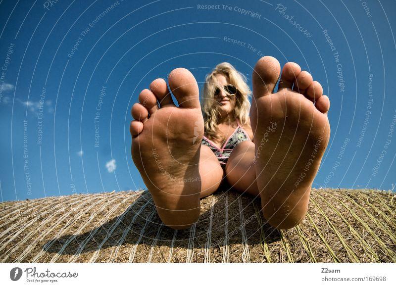 BIGfoot Farbfoto Außenaufnahme Froschperspektive Blick in die Kamera Mensch feminin Junge Frau Jugendliche Gesicht Fuß 18-30 Jahre Erwachsene Natur Landschaft