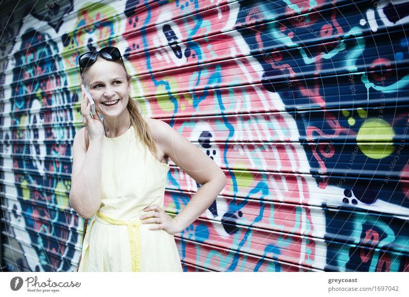 Frau, die auf ihrem Mobile vor Graffiti plaudert Mensch Jugendliche Stadt Sommer schön Junge Frau weiß Mädchen 18-30 Jahre Erwachsene Straße sprechen Lifestyle