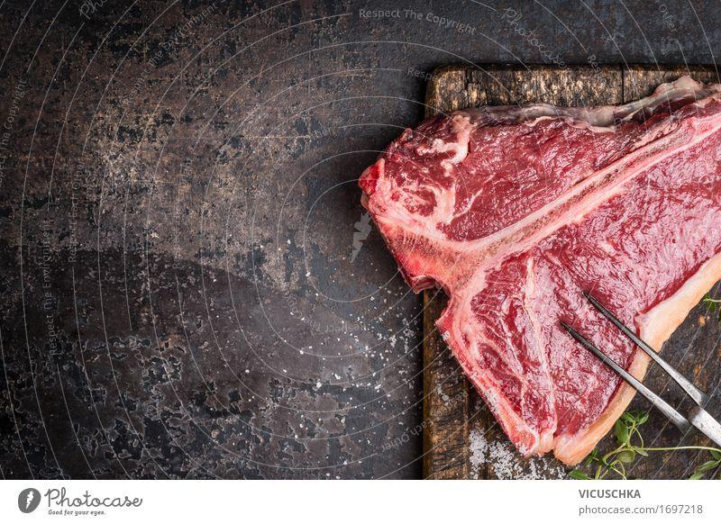 T-Bone Steak mit Fleischgabel auf altem Schneidebrett Lebensmittel Kräuter & Gewürze Ernährung Abendessen Festessen Geschäftsessen Bioprodukte Gabel Stil Design